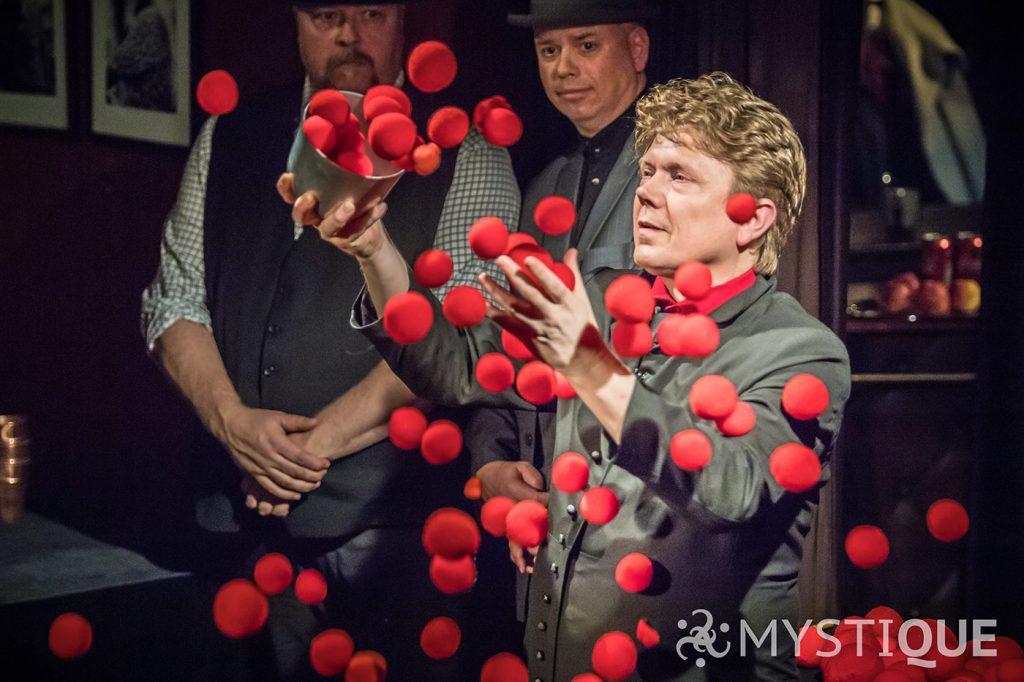 Tom Stone trollar fram hundratals bollar ur en liten skål