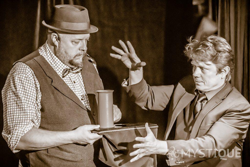Martin och Tom Stone trollar bort ett glas mjölk