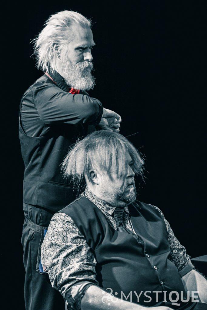 John-Henry ger Martin en fin frisyr