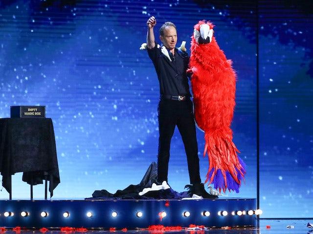 Håkan har en gigantisk papegoja i händerna