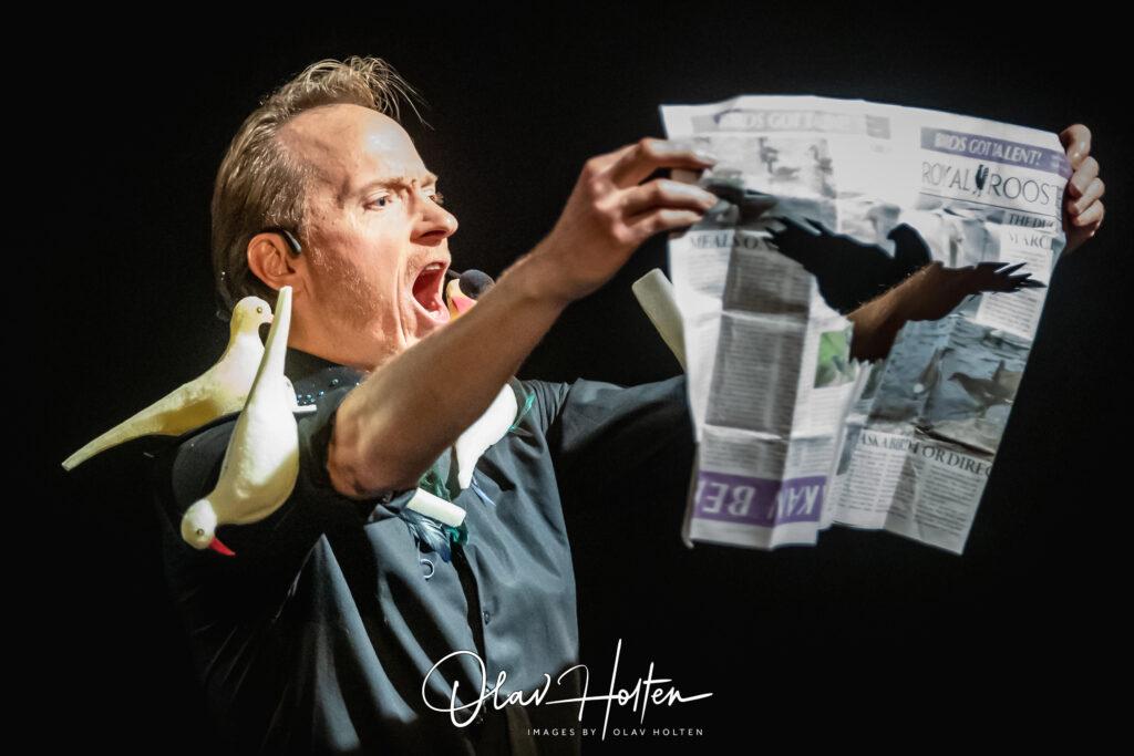 Håkans sönderrivna tidning blir plötsligt hel